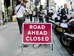 ROAD-AHEAD-CLOSED-Schild in London