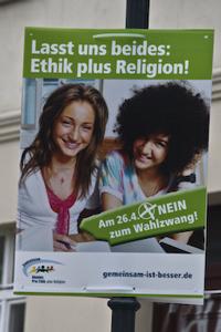 "Plakat der Pro-Ethik-Kampagne: ""Lasst uns beides: Ethik plus Religion! Nein zum Wahlzwang."""