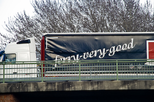 "Lastwagen der Firma Dalessi Internationaal Transport BV mit der Aufschrift ""ferry-very-good"""