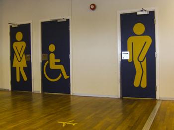 Toilettentüren im Flughafen von Bergen