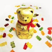 Goldener Bär mit bunten Goldbären