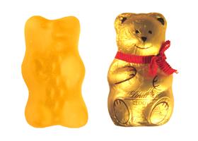 Gelber Goldbär von Haribo und golden verpackter Schokoladenteddy von Haribo