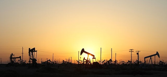 Ölfeld im Sonnenuntergang