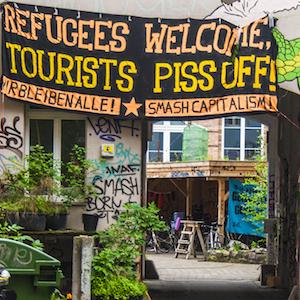 """Banner an einem Haus in der Rosenthaler Straße, Berlin, 2010 (Ausschnitt) (© <a href=""""https://www.flickr.com/photos/pavdw/16044704584/"""">Paul VanDerWerf</a>, CC-BY-2.0)"""